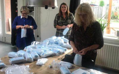 Rooie vrouwen starten doneeractie mondkapjes